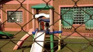 Polícia investiga suspeita de agressões contra crianças em creche de Ilha Solteira - A polícia está investigando suspeitas de agressões contra crianças em uma creche municipal em Ilha Solteira (SP). Funcionárias disseram que fizeram um vídeo mostrando outra servidora maltratando as crianças. A polícia não liberou esses vídeos, mas os pais de duas crianças, que teriam sido agredidas, tiveram acesso as imagens.