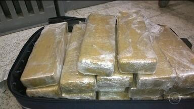 Apreensão de drogas aumenta no aeroporto de Guarulhos, em SP - A polícia descobriu novas estratégias de tráfico de drogas, entre elas, a mudança de rota. A cocaína está saindo do Brasil com destino ao Oriente Médio.