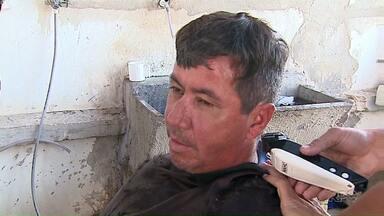Profissionais cortam cabelo e fazem barba de quem não consegue pagar pelo serviço - Cabeleireiros fazem a ação todas as segundas-feiras