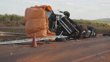 Após acidente, caminhão cai de cima de carreta entre Miguelópolis e Guaíra, SP - Motorista contou à Polícia Militar que seguia de Planalto (BA) para Maringá (PR).