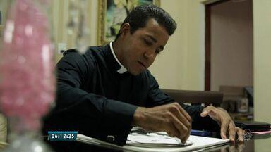 Padre desenhista faz pinturas de obras sacras e pessoas - Confira no quadro Cariri em Cena.