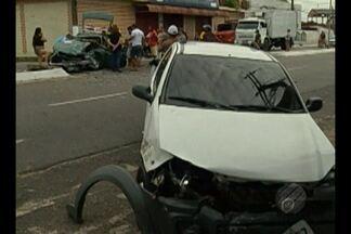 Acidente deixa homem preso às ferragens, em Ananindeua, nesta quinta-feira (28) - Colisão entre veículos aconteceu no início da manhã. Equipe do Corpo de Bombeiros fez o resgate da vítima.