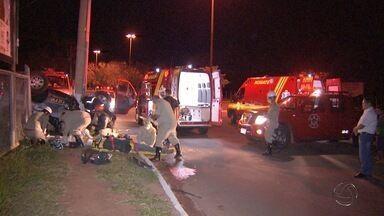 Dois acidentes deixam pessoas feridas em Campo Grande - Motorista teve fraturas graves em acidente na avenida Mato Grosso. Em um cruzamento muito movimentado na avenida Afonso Pena, um motociclista fica ferido depois de bater em dois carros.