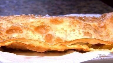 Pastelaria faz pastel com até 20 ingredientes no recheio, em Goiânia - Conhecido como 'Tudão', o prato é sucesso no estabelecimento há 15 anos. Dono do local diz que receita foi sugestão de um cliente da casa.