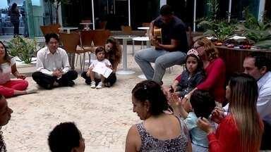 Projeto utiliza musicoterapia para estimular comunicação de pessoas com autismo - A música como instrumento de afeto e integração. O projeto Sinfonia Diferente utiliza a musicoterapia para estimular comunicação de pessoas com autismo.