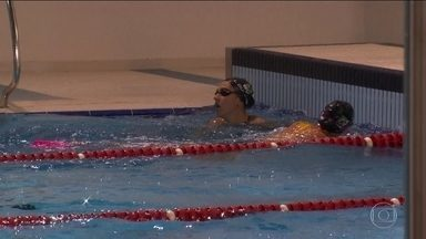 Nadadores do Brasil treinam de noite para se adaptarem aos horários da Rio 2016 - Os atletas usam óculos com estímulo luminoso.