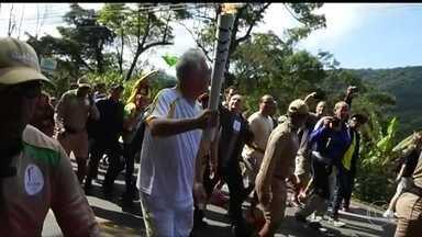 Tocha Olímpica passa por mais quatro cidades do Rio de Janeiro - O revezamento começou bem cedo, em Teresópolis, na Região Serrana. Um dos condutores foi o jornalista Pedro Bial.