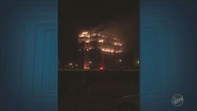 Prédio em construção pega fogo em bairro de Hortolândia - Chamas assustaram os vizinhos. Causas do incêndio serão apuradas.