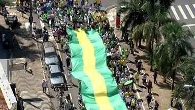 Manifestantes se reúnem em Rio Preto e Fernandópolis para manifestação contra corrupção - Neste domingo (31) teve mais uma manifestação em Rio Preto contra a corrupção e em apoio a operação lava jato. Em Fernandópolis (SP) também teve manifestação em apoio à lava jato e ao impeachment da presidente afastada Dilma Roussef. Uma carreata percorreu várias ruas.