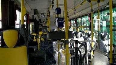 Criminosos fazer arrastão dentro de ônibus na Serra, ES - Linha 887 passava pela avenida principal de Nova Carapina I, no momento.Suspeitos levaram pertences dos passageiros e não foram localizados.