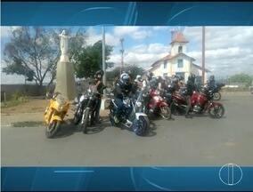 Motociclistas fazem manifestação para conscientizar sobre riscos de soltar pipas com cerol - Manifestação ocorreu em Montes Claros nesse domingo.