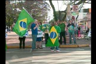 Protesto em Santo Ângelo, RS - As pessoas se mobilizaram em frente à Catedral Angelopolitana