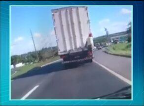 Pessoas arriscam a vida pegando 'caronas' em caminhões nas rodovias do Tocantins - Pessoas arriscam a vida pegando 'caronas' em caminhões nas rodovias do Tocantins