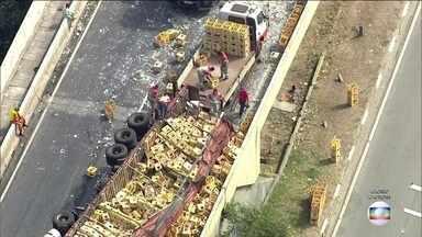 Caminhão tomba na Ponte Transamérica e interdita a via por mais de cinco horas - O acidente foi às 10:30 da manhã. O caminhão bloqueou completamente a via, sentido Interlagos.