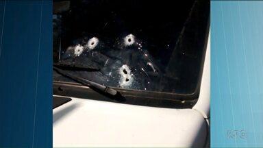 Van que levava 12 presos é atacada por bandidos em São José dos Pinhais - O motorista levou um tiro de raspão. Um preso fugiu.