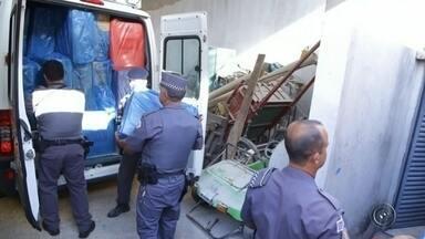 Polícia apreende 150 maços de cigarro galpão de ração em Guaiçara - A Polícia Militar de Lins (SP) apreendeu 150 mil maços de cigarro nesta segunda-feira (1) à tarde, em Guaiçara (SP). Dois homens e uma mulher foram detidos.