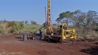 Construção de poço é esperança para sanar problema de abastecimento em aldeia de Dourados - A construção de um poço na aldeia Bororó, em Dourados, é a esperança para tentar resolver o problema de abastecimento que atinge 6 mil indígenas.