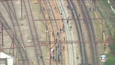 Passageiros caminham pelos trilhos após problemas em linhas da CPTM, em São Paulo - As Linhas 7 - Rubi e 11 - Coral da CPTM apresentaram problemas na manhã desta terça-feira (2). Passageiros caminharam pelos trilhos.