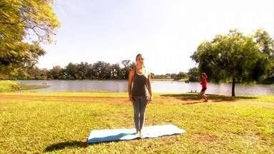"""Aprenda três posições de yoga para relaxar - A professora de yoga Meg Caballero ensina com fazer a Marjaryasana (posição do gato), a Tadasana (posição da montanha) e a Setu Bandha Sarvangasana (elevação dos quadris) na série """"Como é que faz?"""""""