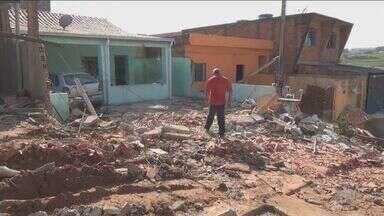 Caminhão carregado com açúcar invade três casas em Campinas - Acidente aconteceu na noite de quarta-feira (3). De acordo com o Corpo de Bombeiros, o caminhão estava sem motorista quando desceu a rua.