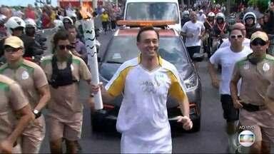 Edmilson Ávila carrega Tocha Olímpica no Rio - O apresentador do RJTV participou do revezamento nesta quinta-feira (5).