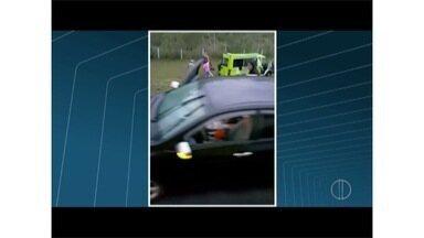 Morre criança que estava em van que colidiu contra caminhão na BR-101 - Menina de 11 anos estava entre vítimas de acidente desta quarta (3).