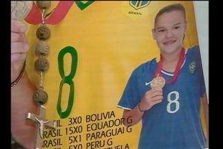 Representante da região se destaca na olimpíada - A meio campo Andressinha é de Roque Gonzales, RS, e ajudou na vitória contra a China.