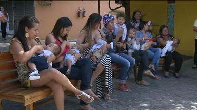 Semana Mundial de Aleitamento Materno tem ações em Campina Grande - Mães amamentam filhos na Vila do Artesão em Campina Grande.