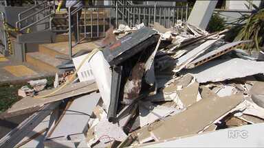 Quadrilha cerca destacamento da PM e destrói agência bancária - Foi hoje, em General Carneiro. Os bandidos fizeram reféns dois trabalhadores