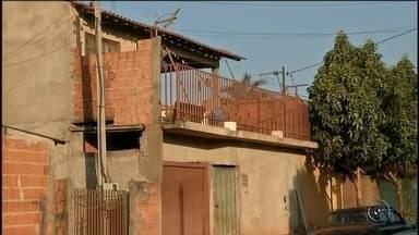 Mulher é presa suspeita de envolvimento em briga com 3 mortes - Uma mulher foi presa nesta quinta-feira (4) suspeita de envolvimento em uma briga entre vizinhos de Ibirarema (SP) que terminou com a morte de três pessoas. Ela teria atirado e matado uma das vítimas. Segundo o delegado responsável pela investigação Marcelo Armstrong Nunes, o laudo do Instituto Médico Legal apontou que Fernando da Silva de 35 anos estava ferido a facadas e também foi baleado.