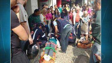 Idosa morre após ser atropelada na Avenida Rio Branco em Juiz de Fora - Vítima atravessou a pista mesmo com o sinal vermelho para pedestres.O veículo envolvido no acidente foi recolhido por falta de licenciamento.