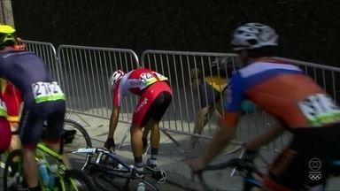 Turco cai da bicicleta na prova de ciclismo - Onur Balkan caiu da bicicleta em prova de Ciclismo e foi ajudado por pedestre.