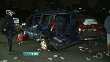 Três pessoas ficam feridas em acidente na Marginal Pinheiros - Três carros se envolveram no acidente. Agentes da CET tiveram que bloquear três pistas da via para desviar o trânsito.