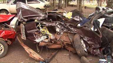 Nove pessoas morrem em acidente no oeste do Paraná - O acidente envolveu três carros. Uma criança de 3 anos e um adolescente de 12 estão entre as vítimas.