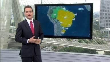 Veja a previsão do tempo para esta segunda-feira (8) no Brasil - A frente fria deixa o céu mais nublado, com chance de garoa a qualquer hora no Rio. Na terça-feira (9), o tempo deve firmar.
