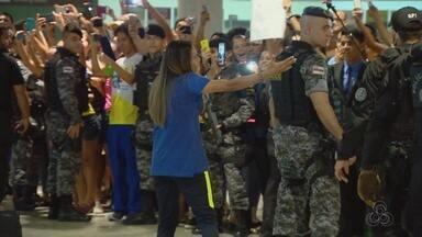 Seleção brasileira feminina é recepcionada pela torcida em Manaus - Equipe foi recebida no Aeroporto Internacional Eduardo Gomes.