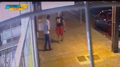 Duas pessoas são assassinadas a facadas no centro de Maringá - Um dos crimes foi registrado por uma câmera de segurança.