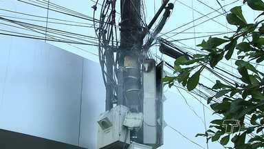 Caixa de disjuntor de poste de energia pega fogo no 'Belo Centro' em Santarém - Corpo de Bombeiros esteve no local e interditou a área para evitar acidentes.