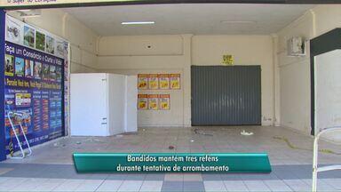 Bandidos mantém três pessoas reféns durante tentativa de arrombamento de caixa - Os ladrões tentaram arrombar um caixa eletrônico que fica em um shopping do bairro São Cristóvão em Cascavel. Os reféns foram liberados depois de quatro horas.
