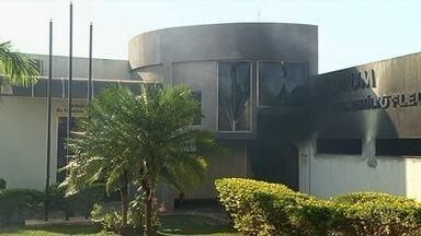 Fórum de Goiatuba é completamente destruído por fogo, dizem bombeiros - Segundo corporação, processos que estavam no local foram queimados. Causas do incêndio serão investigadas pela Polícia Técnico-Científica.