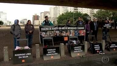 Parentes e amigos de vítimas da chacina de Osasco e Barueri fazem ato para pedir justiça - O ato na Avenida Paulista pediu justiça pela morte de 17 pessoas em uma mesma noite nas cidades da Grande São Paulo. A suspeita é que policiais tenham participado da chacina para vingar a morte de colegas.