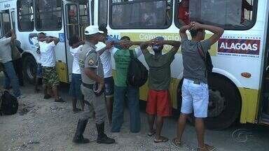 Passageiros de ônibus passam por revistas por policiais do BPTran em Maceió - Medida faz parte de operação para diminuir número de assaltos a ônibus.