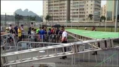 Vento forte derruba portal de área de acesso ao Parque Olímpico - Também teve ventania, em Copacabana, e em outras partes da cidade. Previsão do tempo, para terça-feira, é de vento forte.