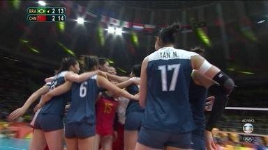 5º set: China explora bloqueio, vence jogo e elimina Brasil da Olimpíada. 13/15 - 5º set: China explora bloqueio, vence jogo e elimina Brasil da Olimpíada. 13/15