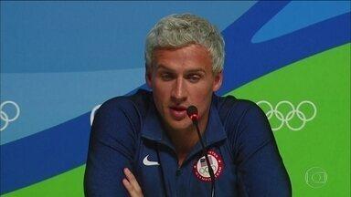 Justiça manda apreender passaportes de nadadores americanos - Nadadores americanos afirmaram que foram assaltados. Conclusão prévia é que informações do grupo são inverídicas, diz juíza.