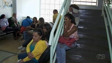 Pacientes reclamam de demora para conseguir consultas em Aparecida de Goiânia - Eles relatam horas de espera em locais improvisados e alguns não conseguem remédios.