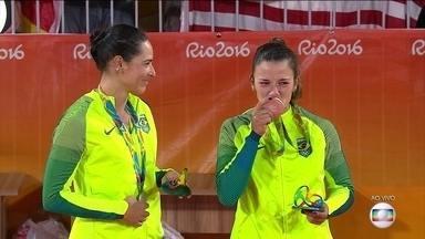 Veja como foi a cerimônia de premiação das medalhistas do vôlei de praia feminino - A dupla brasileira Ágatha e Bárbara perderam para as alemãs Ludwig e Walkenhorst e ficaram com a medalha de prata. Confira o momento da premiação.