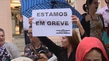 Em protesto, servidores em greve fazem vigília em frente à Câmara de Florianópolis - Em protesto, servidores em greve fazem vigília em frente à Câmara de Florianópolis