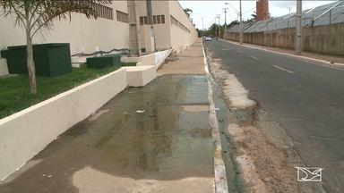Esgoto incomoda moradores do bairro Alto do Calhau em São Luís - Quem passa pelo local reclama do odor ocasionado pelo esgoto despejado livremente no bairro Alto do Calhau.
