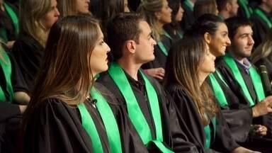 Hoje é dia de formatura: colação de grau - Alexandre Henderson acompanha a colação de grau da Loiane. Ela se formou em Medicina.